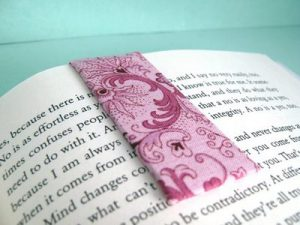 A magnetic bookmark to save your reading!